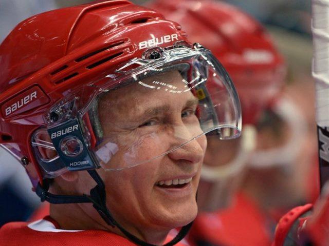 Путин в хоккейном шлеме