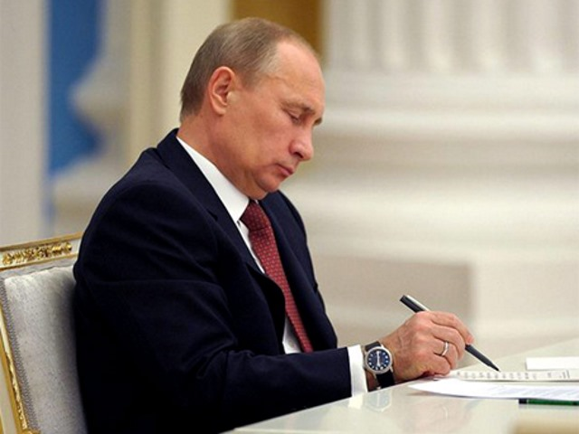 Путин подписывает документ