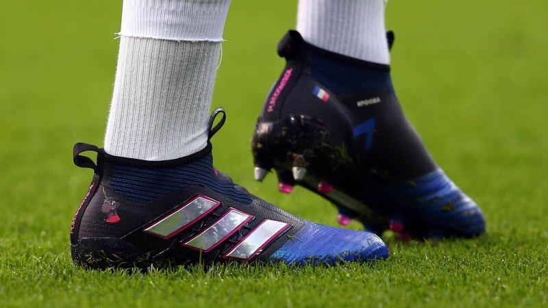 f8bba499 Игра в футбол одна из самых подвижных, на тренировках приходится проводить  много времени. Поэтому очень важно подобрать удобную одежду и обувь, ...